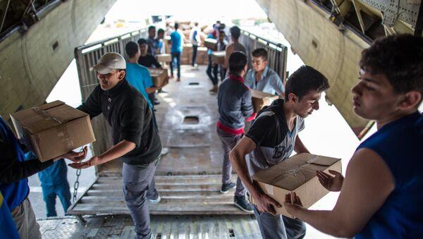 Vykládání ruské humanitární pomoci na letišti v provincii Latákia v Sýrii. - Sputnik Česká republika