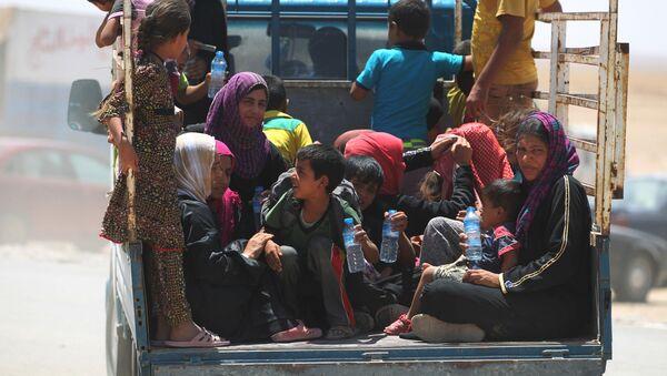 Irácké ženy s dětmi na cestě do běženeckého táboru - Sputnik Česká republika