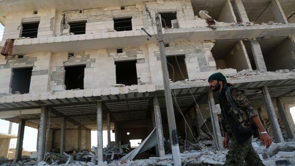 Zřícená budova v Manbidži, Sýrie - Sputnik Česká republika