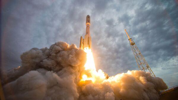 Start amerického nosiče Atlas-5 využívajícího ruské motory RD-180 z Mysu Canaveral - Sputnik Česká republika