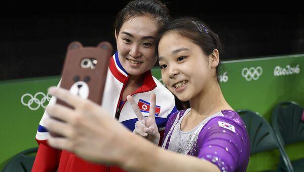 Gymnastky ze Severní a Jižní Koreje udělaly společnou selfii - Sputnik Česká republika