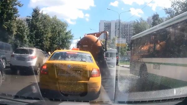 Moskevskou ulici zaplavily splašky z asanačního vozu. VIDEO - Sputnik Česká republika