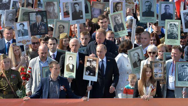 Vladimir Putin jde v čele Nesmrtelného pluku - Sputnik Česká republika