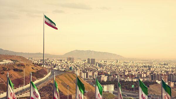 Íránské vlajky na pozadí Teheránu - Sputnik Česká republika