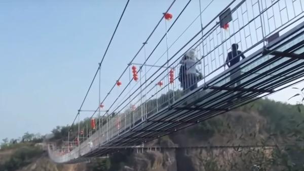 V Číně otevřeli nejdelší na světě skleněný most. VIDEO - Sputnik Česká republika