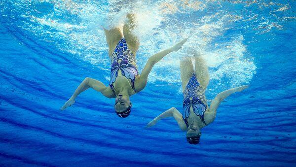 Rusky Světlana Romašinová a Natalja Iščenková vystupují s volným programem na soutěži v synchronním plavání dvojic na XXXI. letních Olympijských hrách - Sputnik Česká republika
