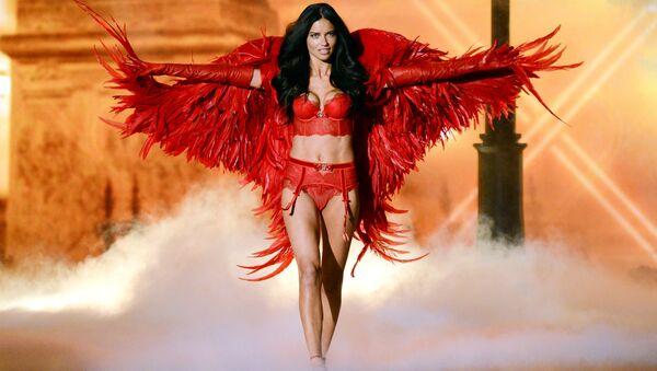 Adriana Limová na přehlídce Victoria's Secret Fashion Show v New Yorku - Sputnik Česká republika
