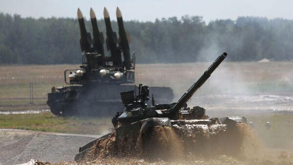 Tank T-90 při překonávání vodní překážky - Sputnik Česká republika