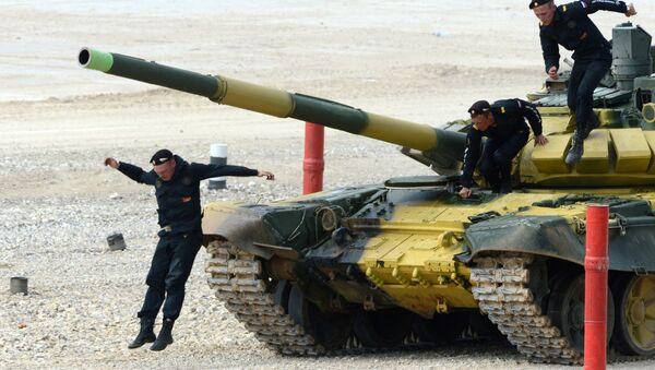 Tank T-72 během tankového biatlonu - Sputnik Česká republika