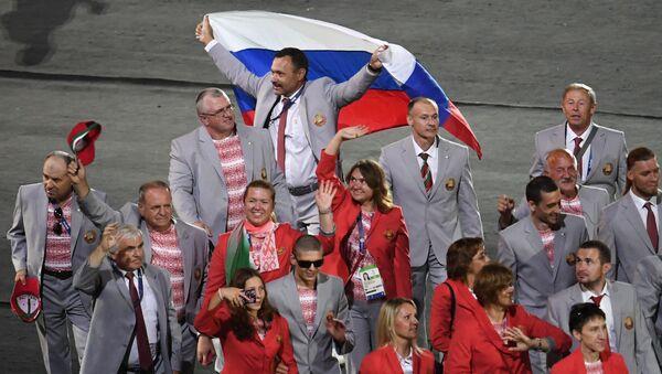 Andrej Fomočkin s ruskou vlajkou - Sputnik Česká republika