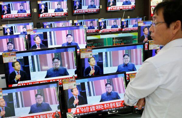 Korejská centrální zpravodajská agentura po zkoušce oznámila, že KLDR je schopna vybavit jadernými bojovými hlavicemi balistické rakety - Sputnik Česká republika