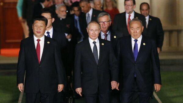 Ruský prezident Vladimir Putin před společným fotografováním hlav delegací na summitu G20 v čínském Chang-čou - Sputnik Česká republika