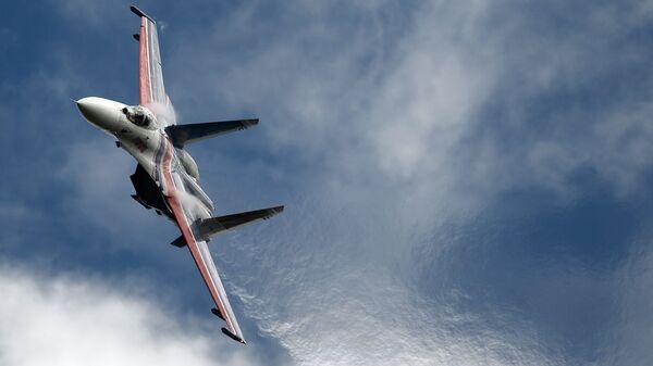 Víceúčelová stíhačka Su-27 akrobatické letecké skupiny Russkije Viťazi na fóru Armáda 2016 - Sputnik Česká republika