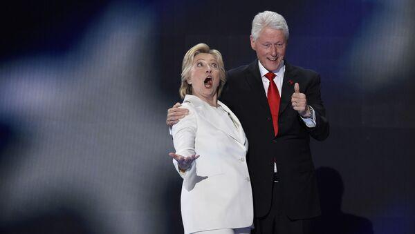 Hillary a Bill Clintonovi - Sputnik Česká republika