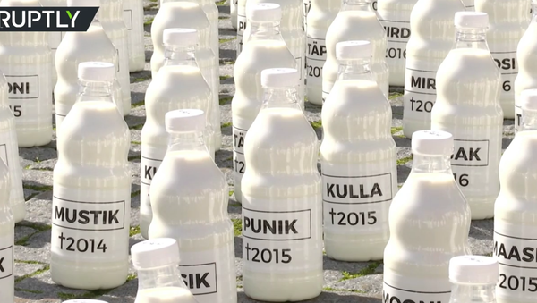 Estonští farmáři vystavili 10 tisíc láhví s mlékem před budovu parlamentu - Sputnik Česká republika
