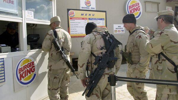 Američtí vojáci ve frontě do restaurace Burger King - Sputnik Česká republika