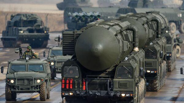 Dopravně-spouštěcí zařízení mezikontinentálních balistických raket Topol-M během společného tréninku pěších a mechanizovaných kolon před přehlídkou ke Dni Vítězství. - Sputnik Česká republika