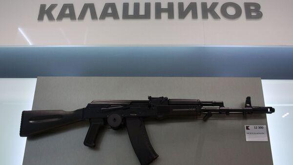 Automat AK-74 ve výloze obchodu koncernu Kalašnikov, který byl otevřen na letišti Šeremetěvo - Sputnik Česká republika