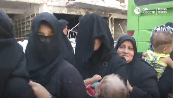 Obyvatelé Aleppa utíkali humanitárním koridorem v dýmu a za zvuku střelby - Sputnik Česká republika