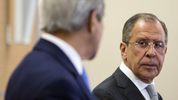 Russian Foreign Secretary Sergey Lavrov (R) looks at U.S. Secretary of State John Kerry - Sputnik Česká republika