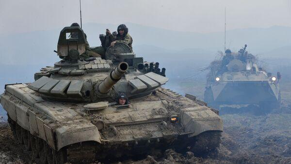 Tank T-72B3 a obrněný transportér BTR-82A během cvičení v Čečensku - Sputnik Česká republika