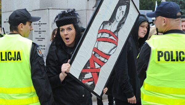 Žena během demonstrace proti potratům v Polsku - Sputnik Česká republika