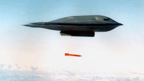 Bombardér B-2 shazuje bombu B61-11 - Sputnik Česká republika