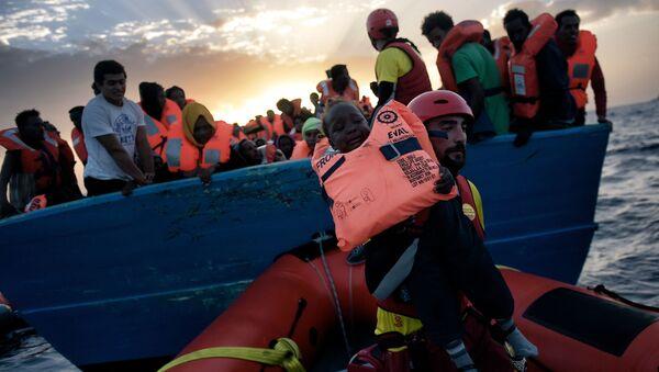 Záchracha dítě z lodi ve Středozemním moři - Sputnik Česká republika