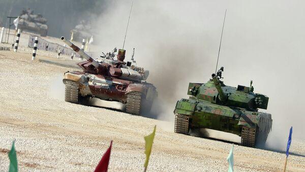 Čínský tank Typ 96A a ruský T-72B během tankového biatlonu - Sputnik Česká republika
