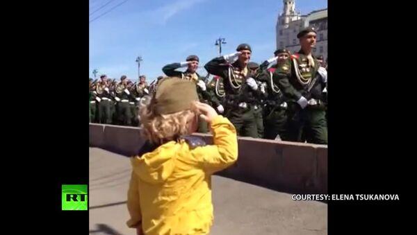 Vojáci vzdávají čest malému chlapci na přehlídce na Rudém náměstí - Sputnik Česká republika