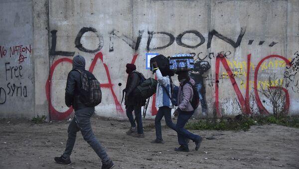 Эвакуация мигрантов из лагеря в Кале, Франция - Sputnik Česká republika