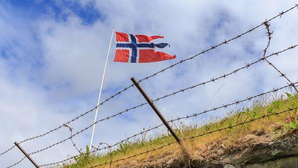 Vlajka Norska za ostnatým drátem - Sputnik Česká republika