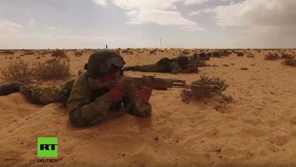 Dron natáčí cvičení ruských parašutistů při cvičném útoku na vojenskou vesnici v Egyptě - Sputnik Česká republika