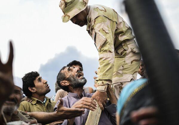 Běženci čekají na rozdělování potravin v iráckém Kajaru - Sputnik Česká republika