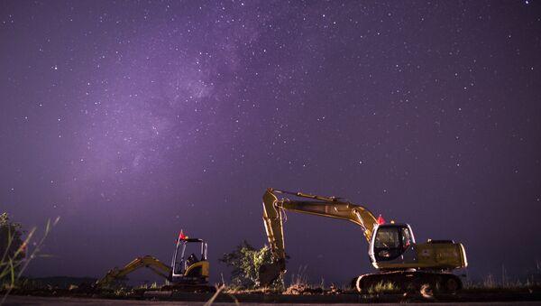 Mléčná dráha v jasném nočním nebi nad staveništěm, Barma - Sputnik Česká republika