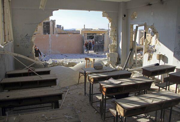 Poškozená leteckým útokem škola v syrské provincii Idlib - Sputnik Česká republika