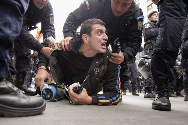 Zadržení vůdce rumunského hnutí za sjednocení s Moldavskem Georgeho Simiona během mítinku v Bukurešti - Sputnik Česká republika