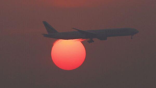 Самолет на фоне заходящего солнца в международном аэропорту Пекин - Sputnik Česká republika