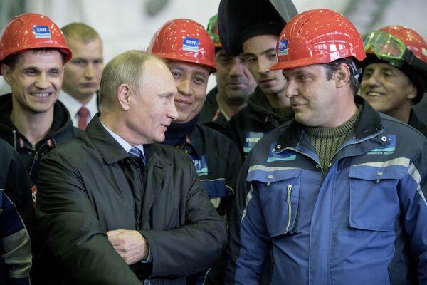 Prezident RF Vladimir Putin mluví s dělníky v montážní dílně podniku AS Astrachaňské výrobní sdružení. - Sputnik Česká republika