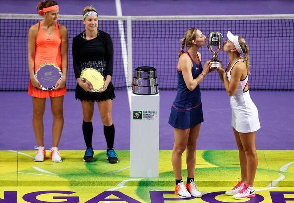 Ruské tenistky Jelena Vesninová a Jekatěrina Makarovová oslavují vítězství v turnaji WTA v Singapuru. - Sputnik Česká republika