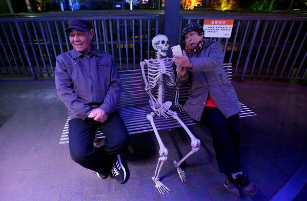 Číňanka dělá selfii s kostlivcem v Pekingu. - Sputnik Česká republika