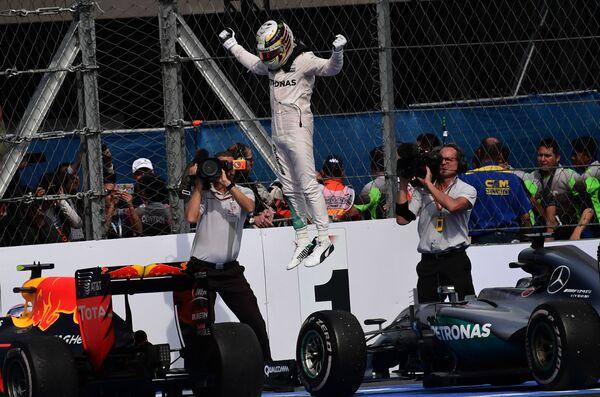 Britský závodník Lewis Hamilton oslavuje vítězství v Grand Prix, Mexiko. - Sputnik Česká republika