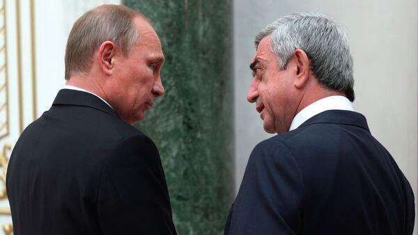 Russian President Vladimir Putin, left, and Armenian President Serge Sarkisian speak at a CIS summit in Minsk, Belarus, Friday, Oct. 10, 2014 - Sputnik Česká republika