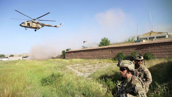 Američtí vojáci a vrtulník Mi-17 v Afghánistánu. Archivní foto - Sputnik Česká republika