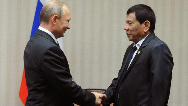 Президент России Владимир Путин и президент Филиппин Родриго Дутерте во время встречи на полях саммита АТЭС в Лиме - Sputnik Česká republika