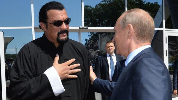 Vladimir Putin se Stevenem Seagalem ve Vladivostoku, září 2015. - Sputnik Česká republika