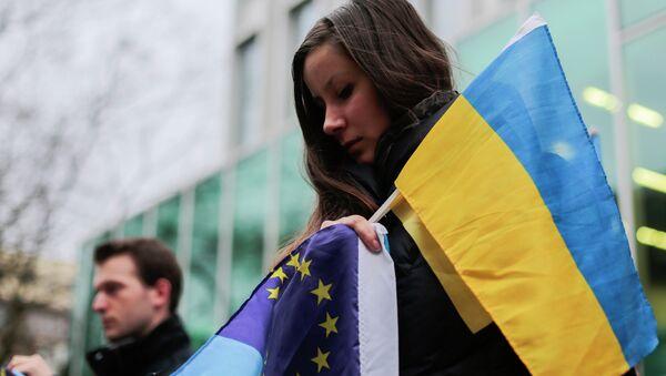 Demonstranti s vlajkami Ukrajiny a EU - Sputnik Česká republika