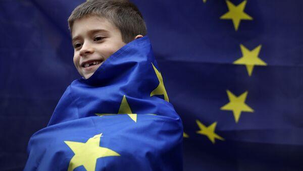 Britský chlapec na pozadí vlajky EU - Sputnik Česká republika