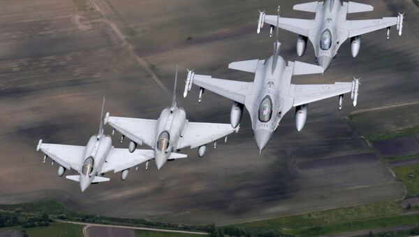 Italské stíhačky Eurofighter Typhoon a norské stíhačky F-16 - Sputnik Česká republika