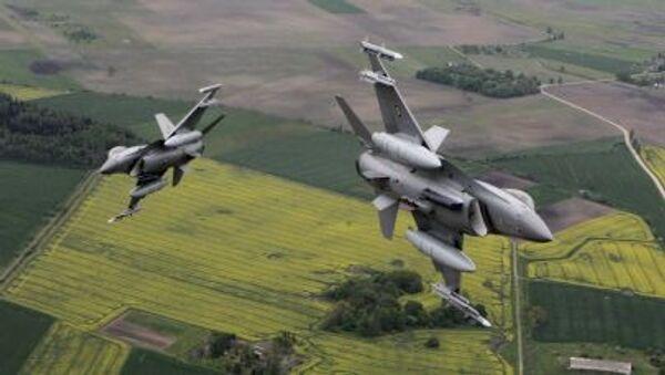 Italská stíhačka Eurofighter Typhoon a norská stíhačka F-16 - Sputnik Česká republika